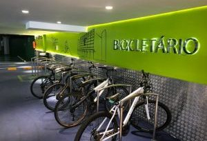 Santana Parque Shopping veste a camisa do Bike Friendly e inaugura Bike Point