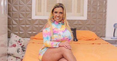 """Com vestido coladinho, Rita Cadillac abre a porta de sua casa e fala: """"Estou feliz com meu corpo aos 66 anos"""""""